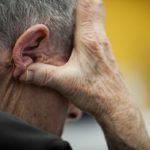 Reportage dans un centre de jour spécialisé dans l'accueil des personnes atteintes de la maladie de Parkinson, en Suisse. Séance de neuropsychologie: évaluation et prise en charge des capacités cognitives, dont la mémoire, la logique, la concentration et les capacités d'organisation. La séance est dirigée par une neuropsychologue et une orthophoniste.  Le centre offre des mesures de neuroréhabilitation pluridisciplinaire spécifiques aux déficits secondaires à la maladie de Parkinson.  Il s'adresse à des personnes atteintes d'une maladie de Parkinson sans atteinte cognitive sévère, avec une autonomie leur permettant de vivre à domicile.